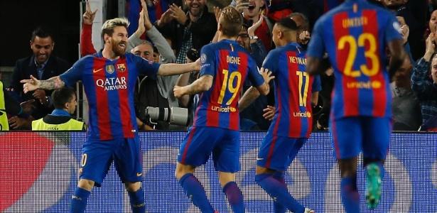 Jogadores do Barcelona comemoram um dos três gols de Messi no jogo - Albert Gea/Reuters