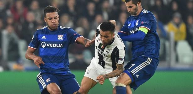 Daniel Alves centraliza demais o jogo, disse jornal italiano