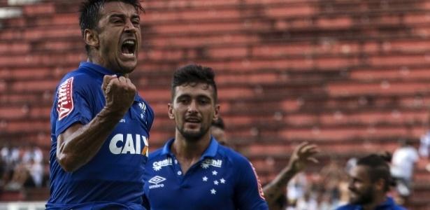 Robinho, Arrascaeta e Sóbis (no fundo) já marcaram de falta pelo Cruzeiro em 2017
