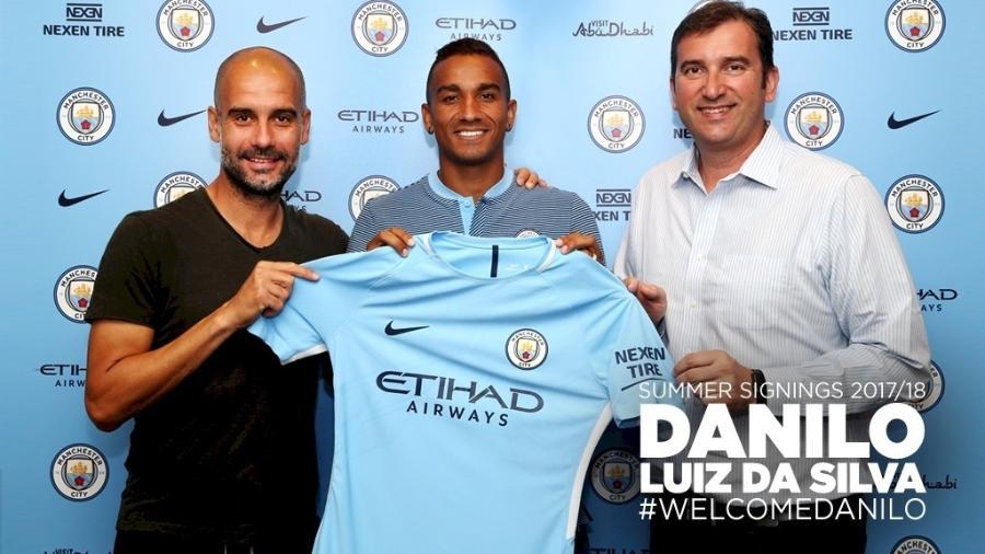 Danilo posa com o técnico Pep Guardiola na chegada ao City - Divulgação/Manchester City