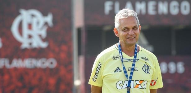 Um tranquilo Reinaldo Rueda comanda o treinamento do Fla no CT Ninho do Urubu