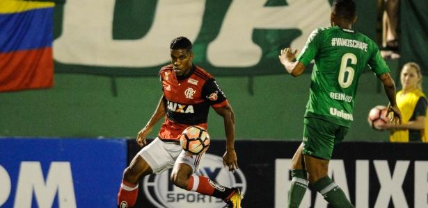 Bérrio encara a marcação de Reinaldo na Arena Condá