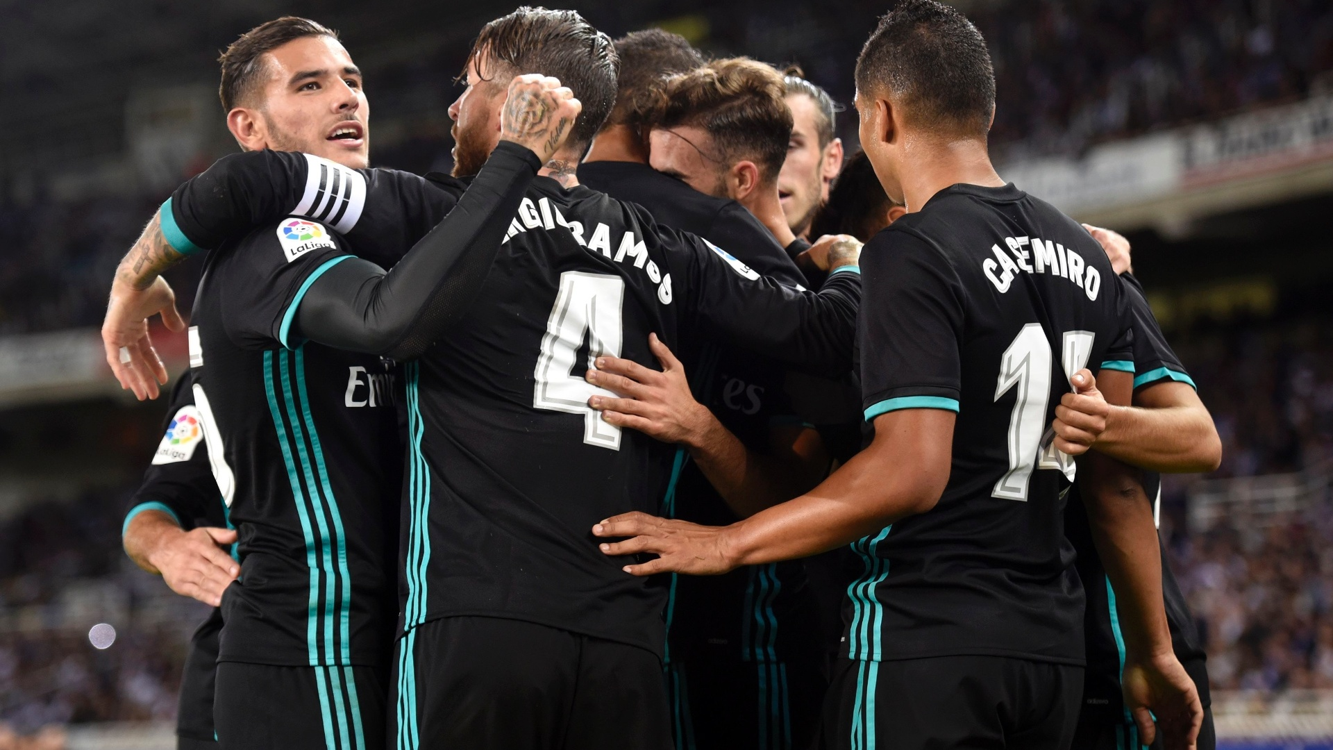 Jogadores do Real Madrid comemoram gol contra a Real Sociedad