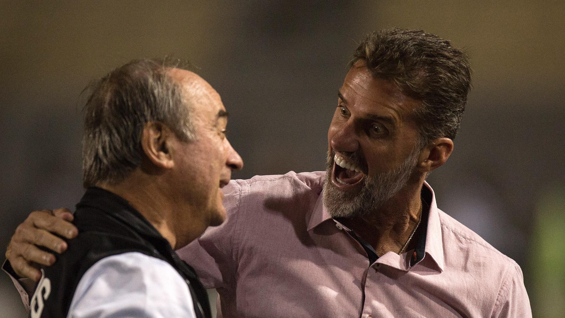 Os técnicos Levir Culpi e Vagner Mancini se cumprimentam antes de Santos x Vitória