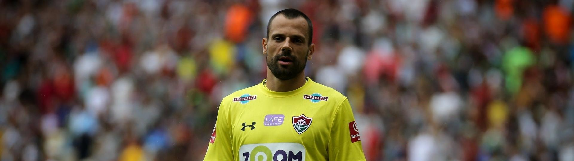 O goleiro Diego Cavalieri em ação pelo Fluminense contra a Ponte