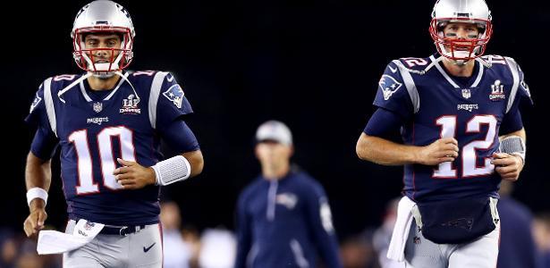 Jimmy Garoppolo (esq.) e Tom Brady (dir.), enquanto ainda eram colegas nos Patriots