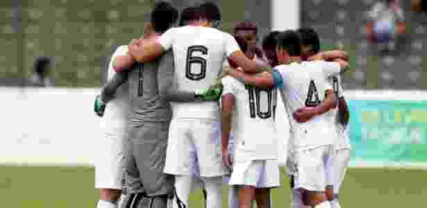 Jogadores do sub-17 do Santos antes de uma partida - Pedro Ernesto Guerra Azevedo/Santos FC