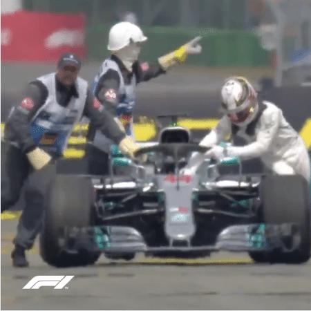 Lewis Hamilton empurra a Mercedes após quebra - Fórmula 1/oficial