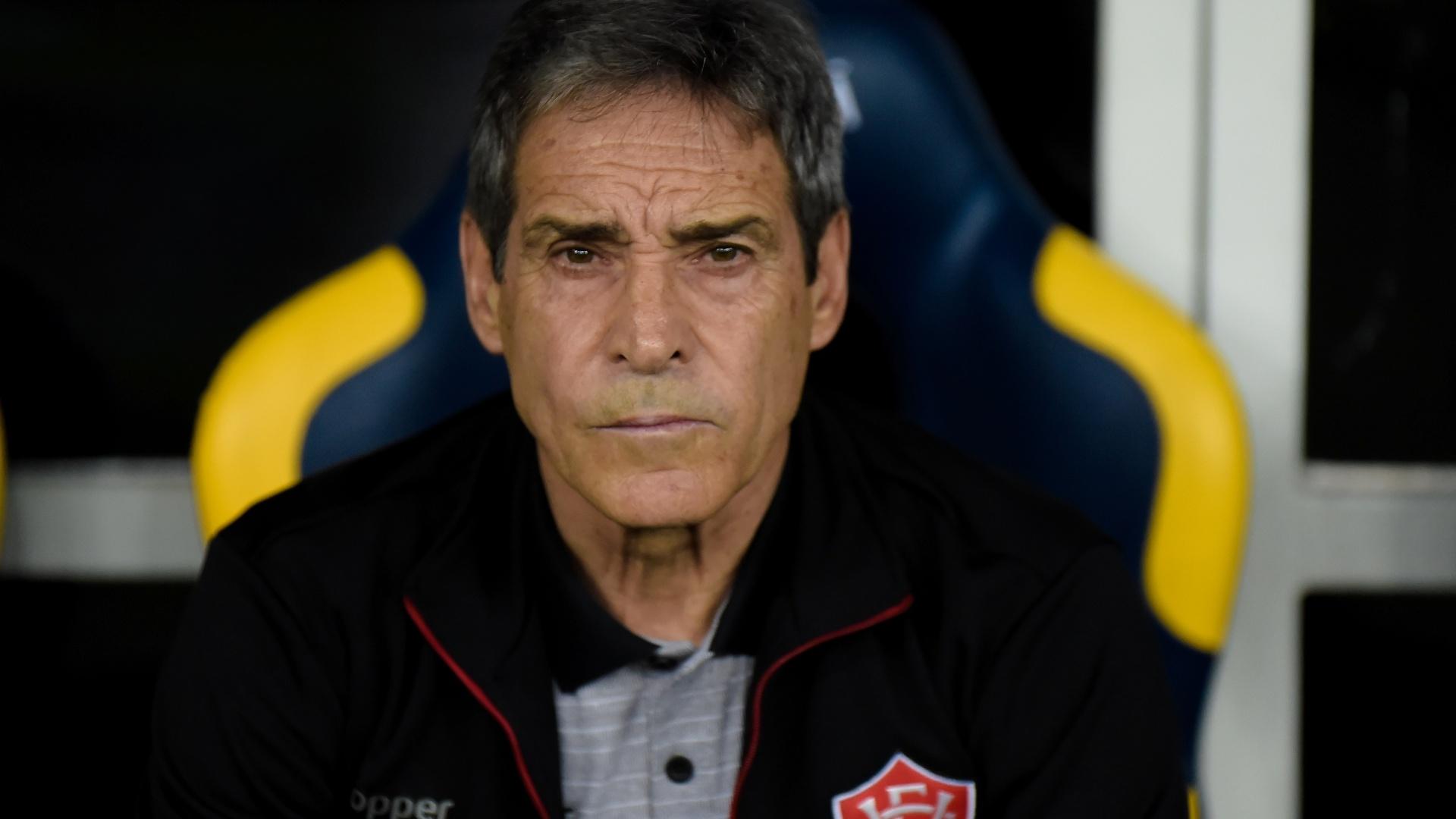 Paulo Cesar Carpegiani comanda o Vitória em partida contra o Flamengo