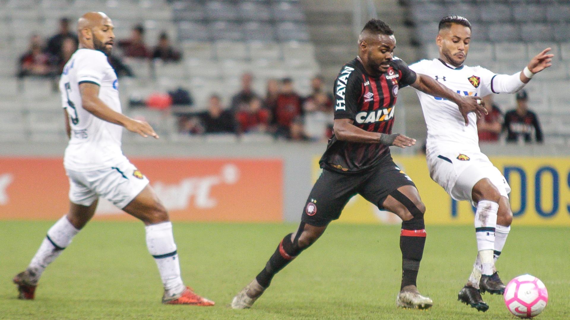 Nikão tenta se desvencilhar da marcação durante jogo do Atlético-PR contra o Sport