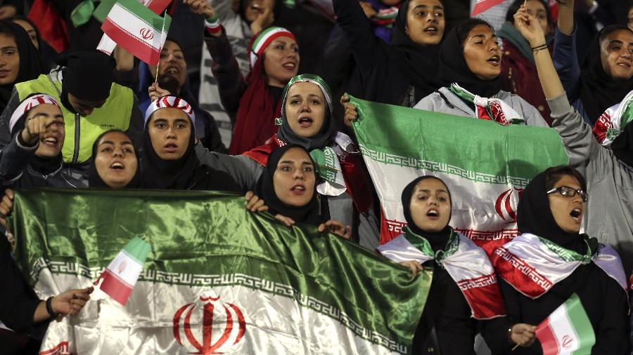 Mulheres iranianas assistem ao jogo entre Irã e Bolívia no estádio - Vahid Salemi