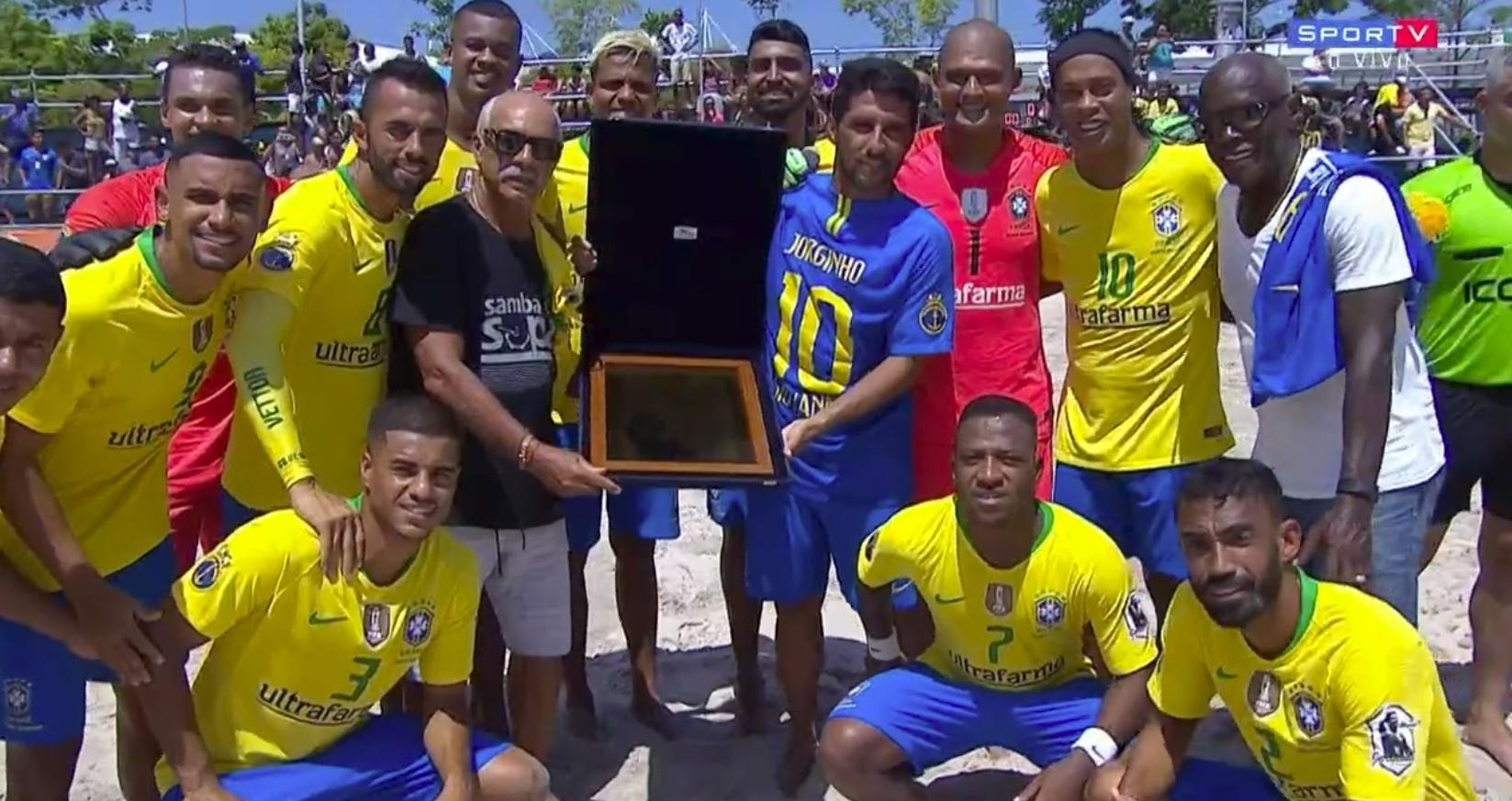 Ronaldinho Gaúcho estreia no futebol de areia em despedida de Jorginho