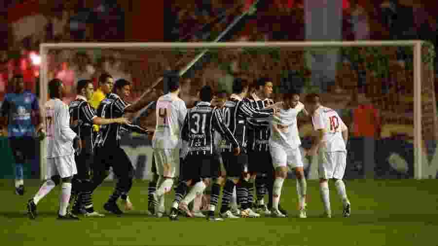 """D""""Alessandro discutiu com William, do Corinthians, na final da Copa do Brasil de 2009 - Ayrton Vignola/Folhapress"""