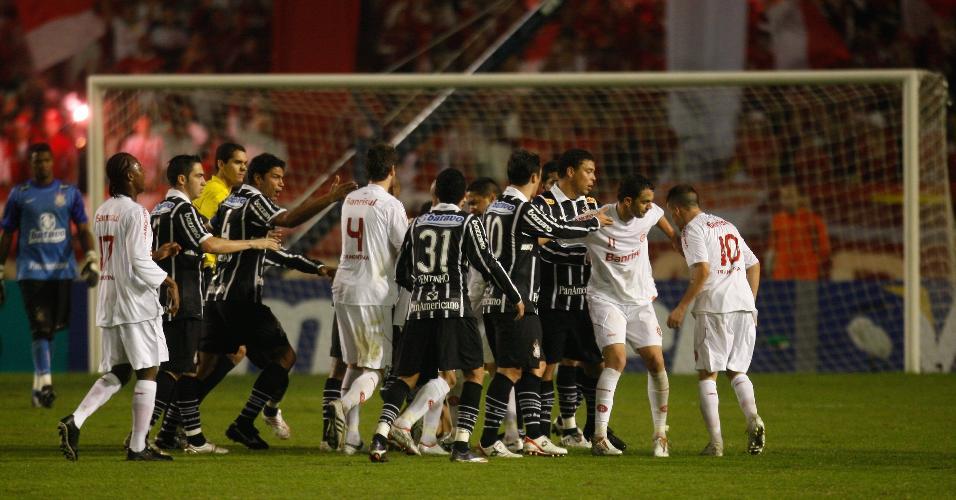 Jogadores de Inter e Corinthians brigam durante final da Copa do Brasil de 2009
