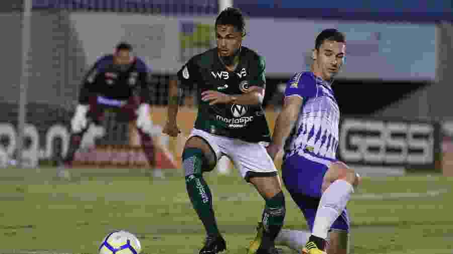 Jogadores de Goiás e Avaí disputam a bola no Serra Dourada - Heber Gomes/AGIF