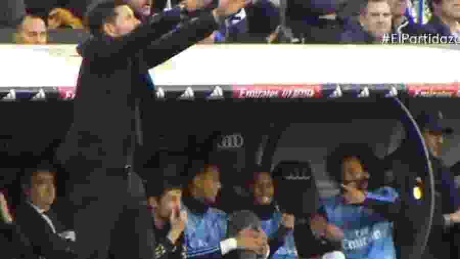 Militão e Marcelo apontaram para Simeone dando risada durante o clássico Real Madrid x Atlético de Madri - Reprodução/Twitter