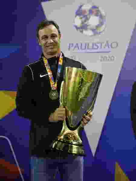 Felipe Conceição com o Troféu do Interior, conquistado pelo Red Bull Bragantino - Red Bull Bragantino - Red Bull Bragantino