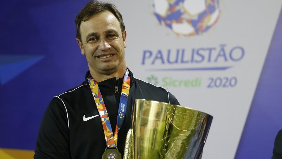 Felipe Conceição com o troféu do Torneio do Interior, conquistado pelo Red Bull Bragantino - Red Bull Bragantino