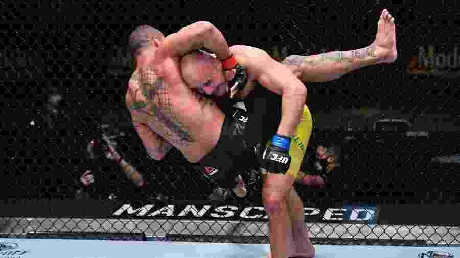 Glover Teixeira derruba Marreta durante vitória no UFC - Jeff Bottari/Zuffa LLC via Getty Images