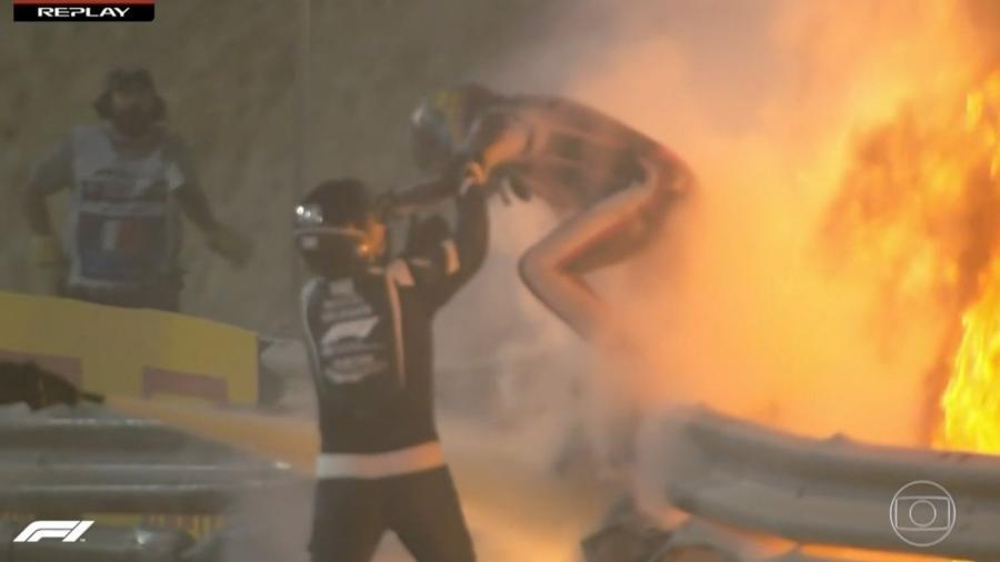 Grosjean é socorrido no meio do fogo após acidente no GP do Bahrein - Reprodução/TV Globo