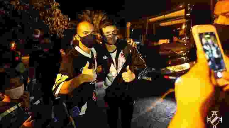 Atacante Gabriel Pec é tietado por torcedores do Vasco na chegada da delegação em Minas Gerais - Rafael Ribeiro / Vasco - Rafael Ribeiro / Vasco