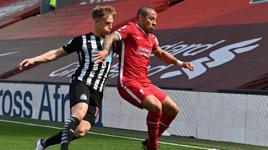 Thiago Alcântara, do Liverpool, divide com Matt Ritchie, do Newcastle, durante jogo do Campeonato Inglês - Paul Ellis/AFP