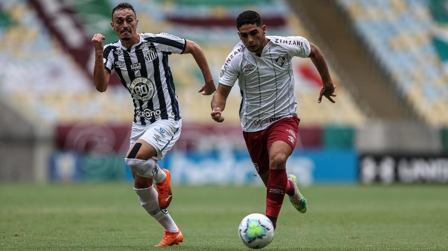 Michel Araujo, do Fluminense, conduz a bola sob marcação de Diego Pituca, do Santos, no Maracanã, pelo Brasileiro 2020 - Lucas Merçon / Fluminense F.C.