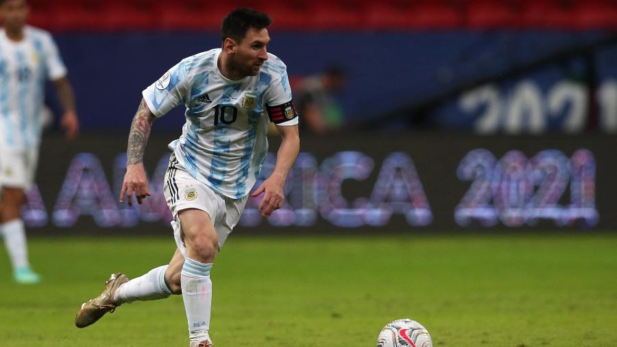 Messi parte com a bola dominada em Argentina x Uruguai pela Copa América - Alexandre Schneider/Getty Images