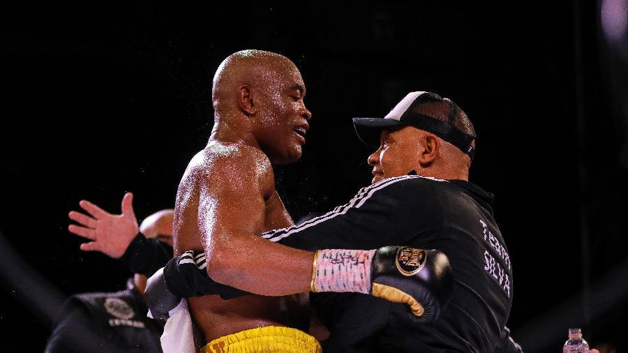 Anderson Silva comemora vitória contra Julio Cesar Chavez Jr. em estreia no boxe - Manuel Velasquez/Getty Images