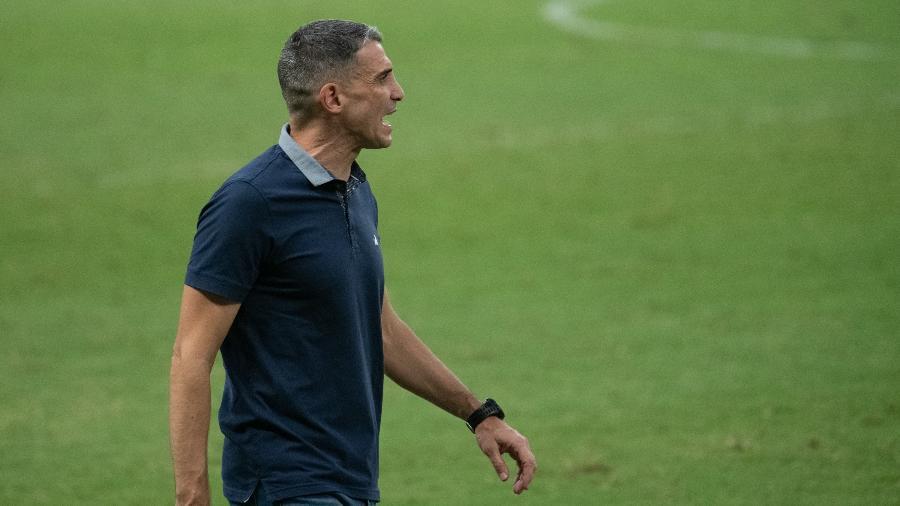 Juan Pablo Vojvoda orienta o Fortaleza durante partida contra o Bragantino, pela 13ª rodada do Brasileirão - Kely Pereira/AGIF