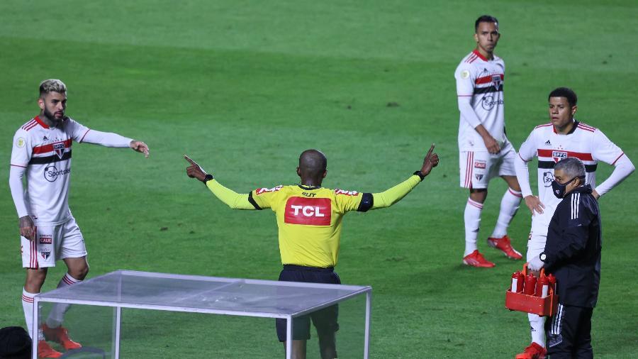 Luiz Flávio de Oliveira anula gol do São Paulo contra o Palmeiras pelo Brasileirão - Marcello Zambrana/AGIF