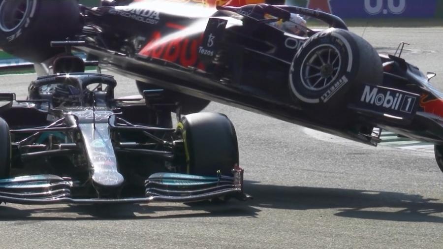 Lewis Hamilton e Max Verstappen batem na 25ª volta do GP da Itália, em Monza  - Reprodução/F1TV