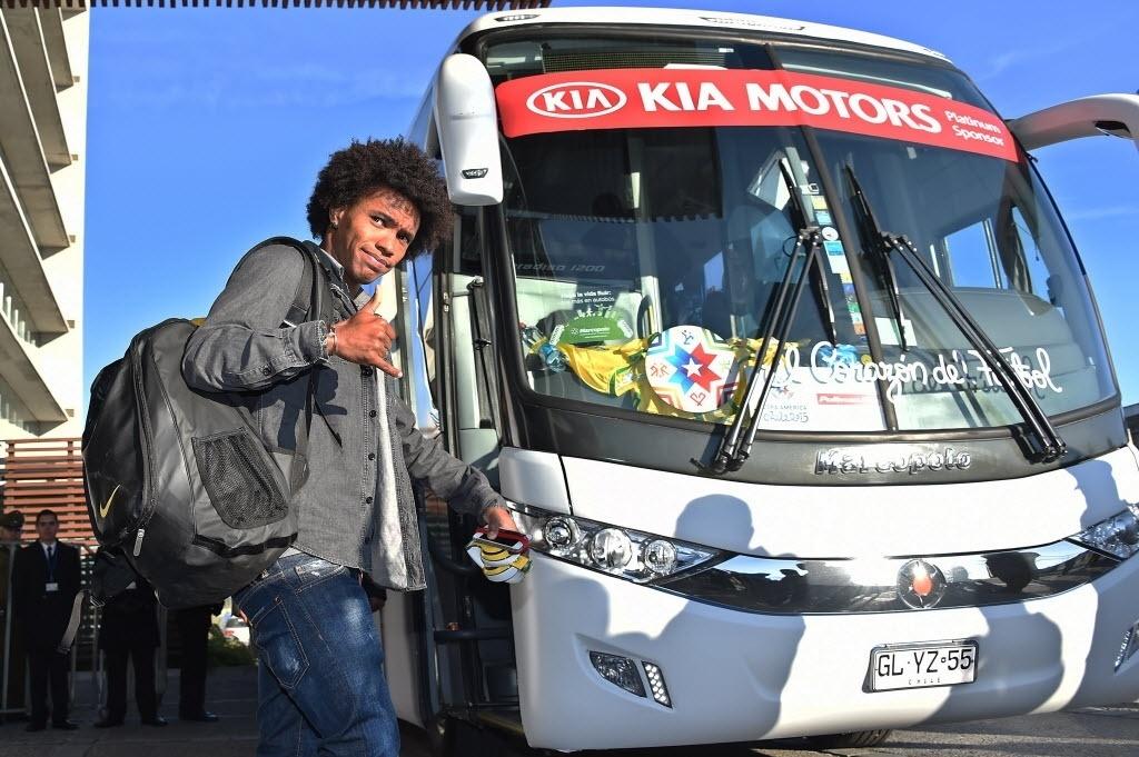 Willian acena ao deixar o hotel da seleção brasileira no Chile um dia após eliminação da Copa América