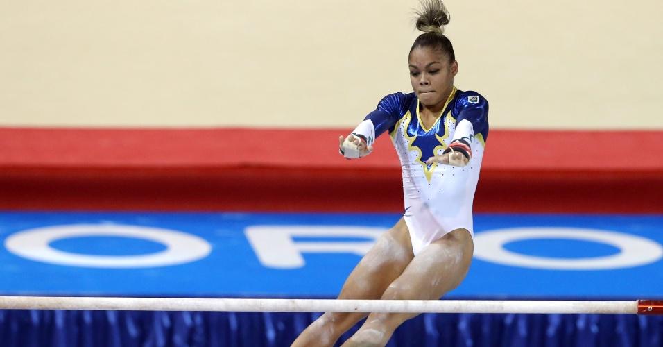 Lorrane Oliveira se apresenta nas barras na ginástica artística por equipe, em Toronto