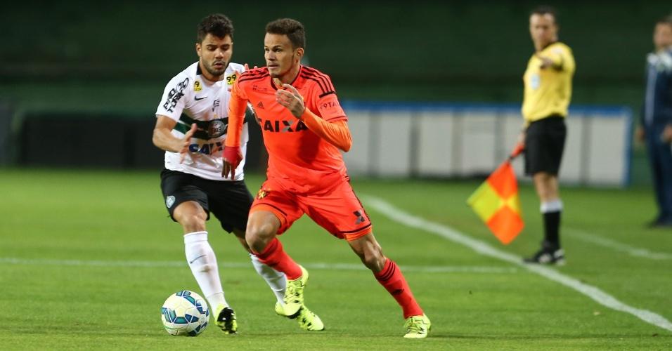 Renê e Henrique Almeida disputam bola no confronto entre Coritiba e Sport