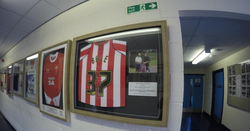 Bale ainda comparece a eventos na Whitchurch e cedeu camisas de seus clubes para a escola.