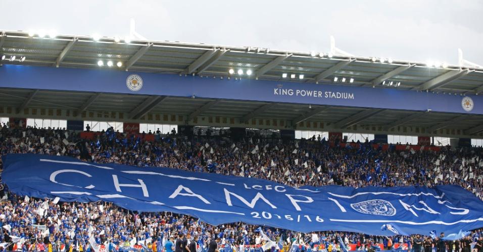 Torcida do Leicester exibe faixa de campeão nas arquibancadas