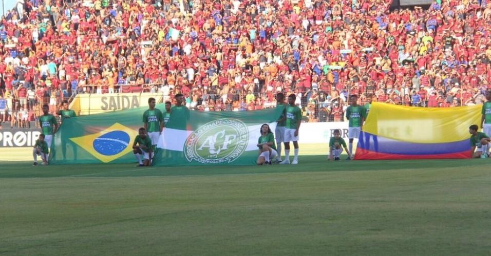 No gramado da Ilha do Retiro, no Recife, bandeiras do Brasil, da Colômbia e da Chapecoense são exibidas no gramado antes da partida Sport x Figueirense