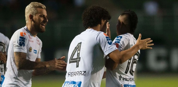 Santos manteve a base e trouxe reforços pontuais, como Vladimir Hernández (d)