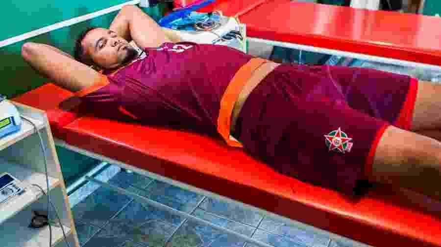 Goleiro Bruno passa por exames durante sua apresentação no Boa Esporte, em Varginha (MG) - Adriano Vizoni/Folhapress