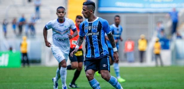Lucas Barrios faz jogada em sua estreia como titular do Grêmio