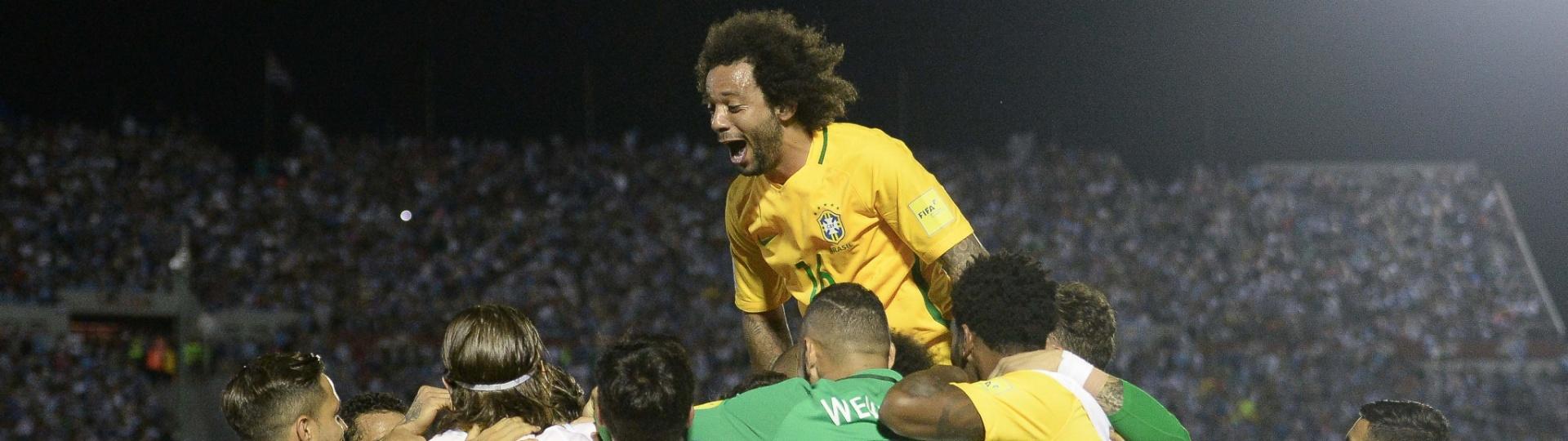 Marcelo comemora o gol do Brasil contra o Uruguai com companheiros