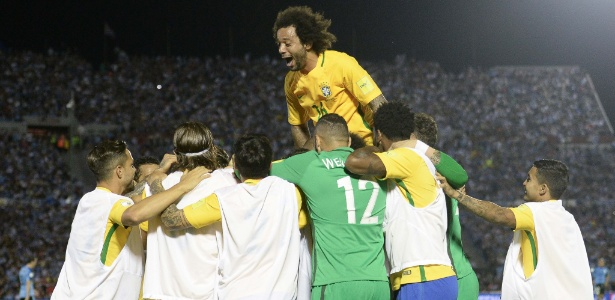 Marcelo comemora o gol do Brasil contra o Uruguai com companheiros - Pedro Martins/Mowa Press