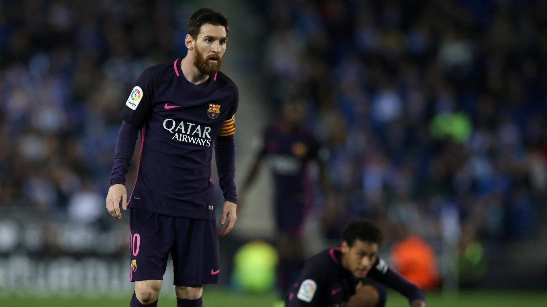 Messi e Neymar observam jogada diante do Espanyol