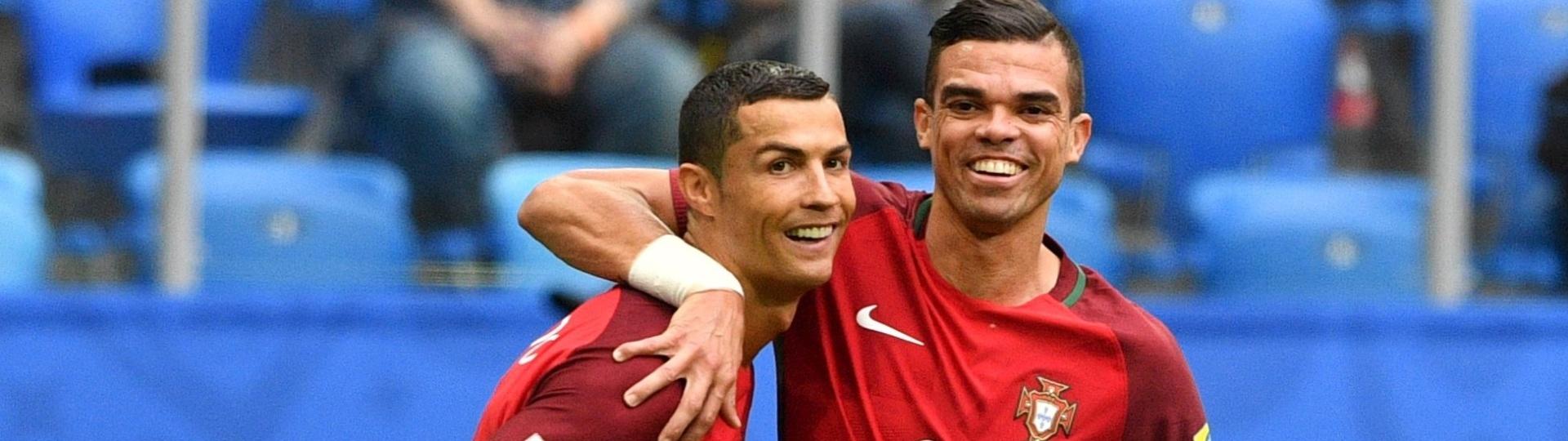 Cristiano Ronaldo comemora com Pepe um gol para Portugal