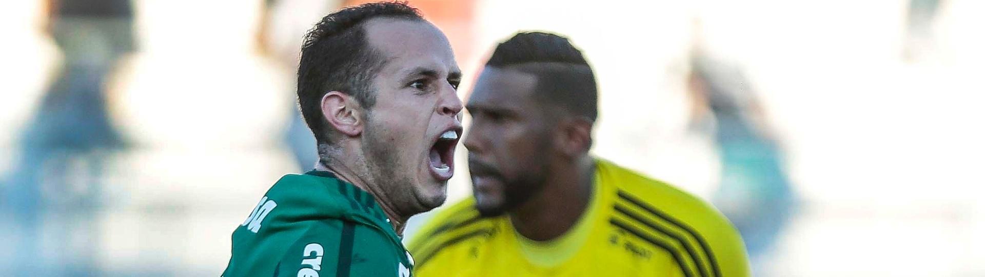 Guerra, do Palmeiras, comemora gol sobre a Ponte Preta, do goleiro Aranha