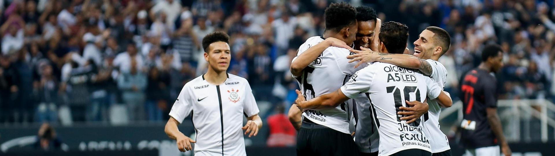 Jogadores do Corinthians comemoram o gol de Jô diante do Atlético-PR pelo Campeonato Brasileiro 2017