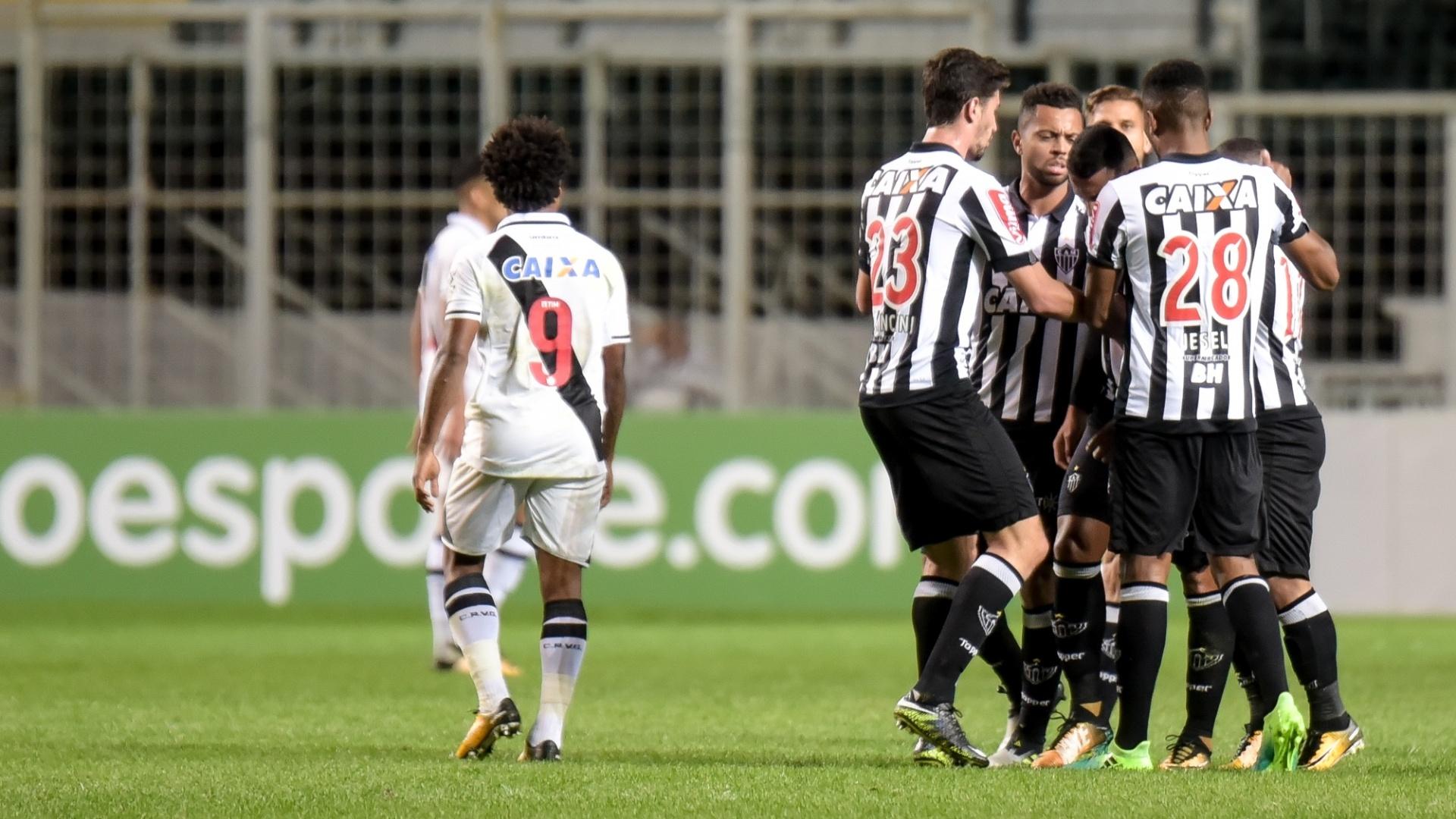 Jogadores do Atlético-MG comemoram gol anotado por Yago contra o Vasco