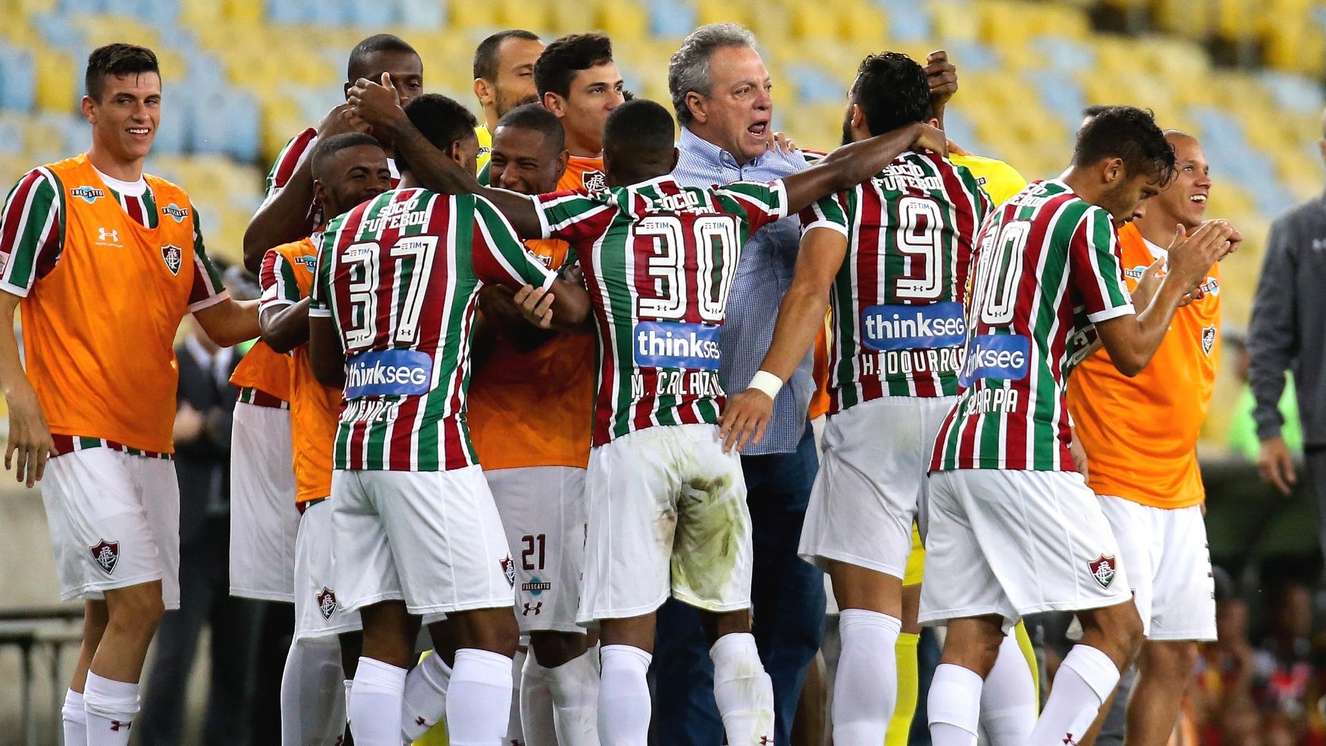 Jogadores do Fluminense comemoram gol diante do Atlético-GO no Maracanã pelo Campeonato Brasileiro 2017