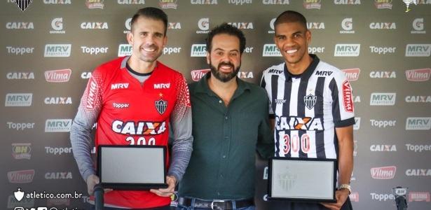Victor e Leonardo Silva foram homenageados pelos 300 jogos com a camisa do Atlético-MG